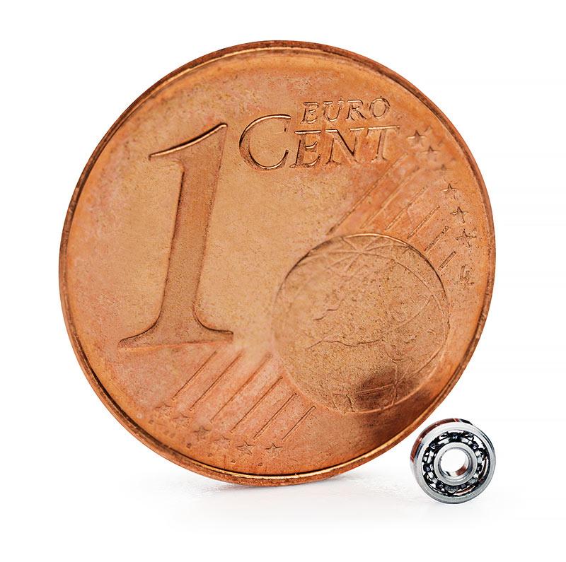 Größenvergleich eines myonic UL 103X Lagers mit einem 1 Cent Stück